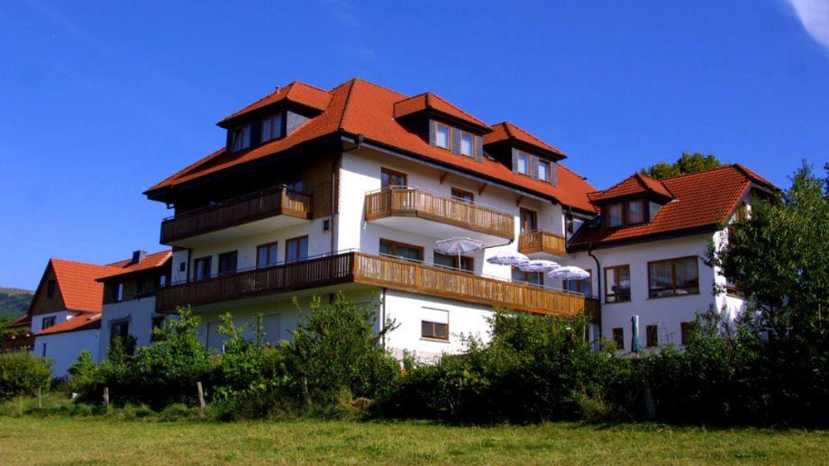 Die Rückansicht des Hotels mit Balkon und Hotelzimmern
